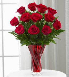 RED ROSES IN DESIGNER VASE